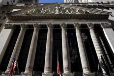Здание Нью-Йоркской фондовой биржи на Манхэттене. Ведущие банки Уолл-стрит единодушно ожидают, что Федрезерв США оставит ключевую ставку без изменений в июне, показали предварительные результаты опроса Рейтер в пятницу. В качестве причин экономисты отметили ослабление рынка занятости в США, а также приближающийся референдум о членстве Британии в Евросоюзе. REUTERS/Mike Segar