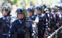 Полицейский спецназ патрулирует уличную акцию протеста против земельной реформы президента Казахстана Нурсултана Назарбаева. Алма-Ата, 21 мая 2016 года. Спецслужбы Казахстана, где мирные протесты сменились актами насилия, унесшими десяток жизней, заявили в понедельник, что предотвратили переворот, организованный пророссийским предпринимателем-пивоваром, сидящим в тюрьме уже полгода. REUTERS/Shamil Zhumatov