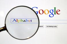 Alphabet, à suivre lundi sur les marchés américains. La maison mère de Google a annoncé le départ de Tony Fadell, le fondateur et le directeur général de sa division Nest rachetée en 2014 pour 3,2 milliards de dollars (2,81 milliards d'euros). /Photo prise le 26 mai 2016/REUTERS/Pawel Kopczynski