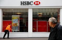 """HSBC va restructurer sa division """"Global Banking"""" pour réduire ses coûts et rendre cette activité """"plus agile"""", selon une note interne qui ne précise pas toutefois le nombre de postes appelés à disparaître. /Photo prise le 16 mai 2016/REUTERS/Darren Staples"""