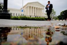 La Corte Suprema de Estados Unidos en Washington, mayo 19, 2016. La Corte Suprema de Estados Unidos rechazó el lunes el pedido de Google de suprimir una acción colectiva que involucra demandas de que la firma engañó a anunciantes en California respecto a la colocación de sus anuncios a través del servicio Adwords.      REUTERS/Carlos Barria