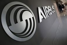 Airbus a remporté sur les cinq premiers mois de l'année 200 commandes brutes et 162 commandes nettes d'avions, après 38 annulations. /Photo prise le 18 avril 2016/REUTERS/Edgar Su