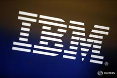 Логотип IBM в Лос-Анджелесе 22 апреля 2016 года. Американская IBM сообщила, что подписала десятилетнее соглашение об оказании технологических услуг авиакомпании Emirates Airline. REUTERS/Lucy Nicholson/File Photo