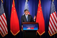 """El secretario del Tesoro estadounidense, Jack Lew, durante una conferencia de prensa en Pekín, China. 7 de junio de 2016. China se comprometió durante unas conversaciones bilaterales con Estados Unidos a continuar una """"reforma del tipo de cambio orientada por el mercado que permita la flexibilidad de dos vías"""" de su moneda, el yuan, dijo el martes el secretario del Tesoro estadounidense, Jack Lew. REUTERS/Damir Sagolj"""