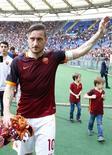 Atacante Francesco Totti, da Roma, acena para torcedores ao término de partida contra o Chievo Verona, pelo Campeonato Italiano. 08/05/2016 REUTERS/Tony Gentile