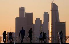 Люди на смотровой площадке перед деловым центром Москва-Сити. 30 мая 2016 года. Всемирный банк улучшил прогноз динамики российского ВВП в 2016 году до минус 1,2 процента с минус 1,9 процента в своей апрельской оценке, сообщил банк в среду. REUTERS/Maxim Shemetov