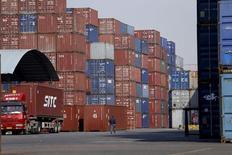 La croissance de la Chine reste prévue à 6,8% cette année. Les exportations ont reculé de 4,1% sur un an au mois de mai, davantage que prévu, tandis que les importations ne fléchissaient que de 0,4%; L'excédent commercial ressort à 49,98 milliards de dollars (44 milliards d'euros). /Photo d'archives/REUTERS/Aly Song