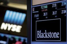 Blackstone est une des valeurs à suivre mercredi à Wall Street. La société de capital investissement, dit-on de source proche du dossier, est en négociations avancées pour le rachat d'Acrisure dans le cadre d'un accord qui pourrait valoriser le courtier en assurances américain largement au-dessus des deux milliards de dollars (1,76 milliard d'euros), dette comprise. /Photo prise le 4 avril 2016/REUTERS/Brendan McDermid