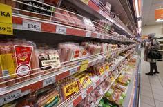 Полки с сосисками, курицей и другими продуктами в магазине Дикси в Москве. 1 декабря 2015 года. Индекс потребительских цен в России за неделю с 31 мая по 6 июня 2016 года не изменился, впервые с августа 2015 года, сообщил Росстат. REUTERS/Sergei Karpukhin