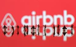 Un juez de Madrid ha anulado un decreto de la Comunidad de Madrid que impedía contratar una vivienda de uso turístico por un periodo inferior a cinco días, una medida que limitaba la actividad de plataformas de alquiler vacacional como Airbnb. Figuras de personas imprimidas en 3D frente a un logo de Airbnb, en una ilustración fotográfica realizada el 8 de junio de 2016. REUTERS/Dado Ruvic/Illustration