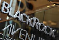 Логотип BlackRock на здании офиса компании в Нью-Йорке. Крайне низкие процентные ставки на фоне отрицательной доходности суверенных бондов стоимостью около $10 триллионов быстро становятся основным поводом для беспокойств инвесторов, сообщила  инвестиционная компания Blackrock в четверг.   REUTERS/Shannon Stapleton/File Photo