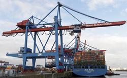 Un barco de contenedores en la terminal de carga del puerto de Altenwerder, Hamburgo, Alemania, 3 de febrero de 2016. Las importaciones de Alemania cayeron inesperadamente en abril y las exportaciones se mantuvieron sin cambios, mostraron datos reportados el jueves, lo que impulsó el superávit comercial de la mayor economía de Europa a un nuevo récord mensual. REUTERS/Fabian Bimmer