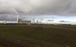Las acciones del promotor danés de parques eólicos DONG Energy subían más del 10 por ciento el jueves en su salida a bolsa, la de mayor volumen en lo que va de año en Europa.  En la imagen, una planta de DONG Energy en Kalundborg, Dinamarca, el 20 de noviembre de 2015.  REUTERS/Sabina Zawadzki/File Photo