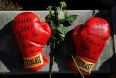 Luvas de boxe com palavras de paz colocadas em memorial para Muhammad Ali em Louisville, Kentucky.    08/06/2016       REUTERS/Lucas Jackson