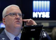 Трейдер на Нью-Йоркской фондовой бирже.  Индексы США снизились в четверг из-за финансовых акций, и падения цен на нефть, оказавшего давление на энергетические компании. REUTERS/Brendan McDermid