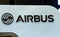 Airbus a engagé la cession de sa participation de 23,6% dans Dassault Aviation à travers un rachat d'actions par ce dernier, un placement privé accéléré ainsi que l'émission d'obligations échangeables en actions. /Photo prise le 24 mai 2016/REUTERS/Denis Balibouse