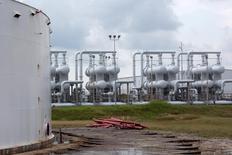 Нефтяной резервуар и инфраструктура Стратегического топливного хранилища во Фрипорте, штат Техас, США. 9 июня 2016 года. Цены на нефть снижаются в пятницу под влиянием сильного доллара, который увёл их от максимумов 2016 года, пробитых на этой неделе, однако хороший спрос нефтеперерабатывающих предприятий и сбои мировых поставок оказывают котировкам некоторую поддержку. REUTERS/Richard Carson