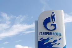 Стела на АЗС Газпромнефти в Москве. 30 мая 2016 года. Нефтяное крыло Газпрома Газпромнефть повысила прогноз добычи нетрадиционной нефти компании к 2025 году на полмиллиона тонн до 2,5 миллиона тонн, несмотря на технологические санкции Запада. REUTERS/Maxim Zmeyev
