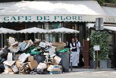 Pilha de dejetos em frente restaurante em Paris.     08/06/2016       REUTERS/Charles Platiau