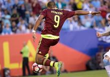 Venezuelano Salomón Rondón em partida contra Uruguai.     09/06/2016        Bill Streicher-USA TODAY Sports