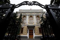 """El edificio del Banco Central de Rusia, en Moscú. 17 de mayo de 2016. El Banco Central de Rusia recortó el viernes su tasa de interés de referencia por primera vez en casi un año, en una señal de su confianza en que los riesgos inflacionarios están declinando, al tiempo que indicó que la recuperación económica del país es """"inminente"""". REUTERS/Sergei Karpukhin"""