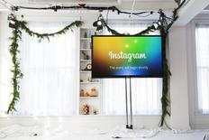 Una pantalla con el logo de Instagram en un acto en Nueva York, el 12 de diciembre 2013. Las agencias de publicidad están por primera vez acudiendo con más frecuencia a Instagram que a Twitter para realizar campañas en redes sociales, mostró un sondeo difundido el jueves, un nuevo indicio de debilidad en el que era uno de los pocos puntos brillantes del sitio de micromensajería. REUTERS/Lucas Jackson