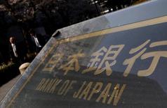 La nouvelle poussée du yen observée depuis quelques jours, évolution dommageable pour les exportateurs japonais, est susceptible d'être un élément de contrariété supplémentaire pour la Banque du Japon, mais cette dernière devrait s'abstenir à ce stade de toute mesure supplémentaire de soutien à l'économie. /Photo prise le 31 mars 2016/REUTERS/Yuya Shino