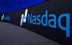 Wall Street abrió a la baja por tercera sesión consecutiva, en momentos en que caía el apetito de los inversores por los activos de riesgo ante el descenso de los precios del petróleo, la próxima reunión de la Reserva Federal y el inminente referéndum sobre la permanencia de Reino Unido en la UE. En la imagen de archivo, el logo del índice Nasdaq se observa en una pared de Nueva York, el pasado 2 de septiembre de 2015. REUTERS/Brendan McDermid