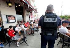 Policial francês e torcedores ingleses vistos em Marselha.    10/06/2016      REUTERS/Jean-Paul Pelissier