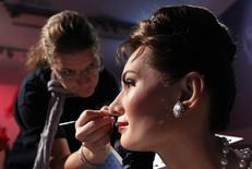 Artista dá retorque em boneco de cera da atriz Audrey Hepburn antes de abertura de exposição no Madame Tussauds, em Tóquio  27/9/2011   REUTERS/Kim Kyung-Hoon
