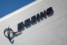 L'Iran a conclu un accord avec Boeing en vue de l'achat d'avions de ligne, rouvrant ainsi au constructeur aéronautique américain un marché fermé depuis des décennies, moins de six mois après la levée des sanctions internationales. Les modalités de l'accord sont encore imprécises mais des sources ont déclaré qu'une fois validé, il permettrait à la compagnie nationale IranAir d'intégrer à sa flotte plus de 100 Boeing. /Photo prise le 22 avril 2016/REUTERS/Lucy Nicholson