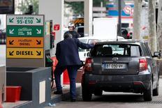 Una gasolinera en París, mayo 26, 2016. Los precios del crudo cayeron el martes por cuarto día seguido, cediendo un 1 por ciento por el nerviosismo ante la votación de la próxima semana en el Reino Unido sobre una posible salida de la Unión Europea, que eclipsó señales de una vuelta a niveles saludables para el mercado petrolero.  REUTERS/Benoit Tessier ATENCIÓN EDITORES, LAS LEYES FRANCESAS REQUIEREN QUE LAS PLACAS PATENTES SEAN ENMASCARADAS PARA PUBLICACIONES DENTRO DE SU TERRITORIO.