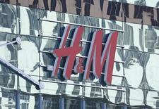 Логотип H&M на торговом центре в Москве 28 февраля 2016 года. Рост продаж компании Hennes & Mauritz, продающей недорогую одежду, ускорился в мае после замедления в предыдущие месяцы, вызванного необычайно холодной весной в Европе. REUTERS/Grigory Dukor/Files