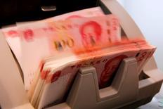 Una maquina contando billetes de 100 yuanes chinos, en un banco comercial en Pekín, China. 30 de marzo de 2016. Los bancos chinos ofrecieron 985.500 millones de yuanes (149.560 millones de dólares) en nuevos préstamos en mayo, superando las expectativas de los analistas y muy por encima de los niveles del mes anterior, luego de que el banco central mantuvo su política monetaria expansiva para apoyar a la economía. REUTERS/Kim Kyung-Hoon/File Photo