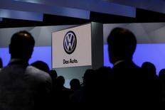 Les autorités de régulation européennes ont proposé mercredi des tests plus contraignants sur la consommation de carburant et les émissions de dioxyde de carbone des automobiles à compter de l'année prochaine en réponse aux failles révélées par le scandale Volkswagen de trucage des tests anti-pollution. /Photo d'archives/REUTERS/Jessica Rinaldi