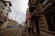 La Banque nationale suisse (BNS) a déclaré jeudi que les deux premières banques du pays, à savoir UBS et Credit Suisse, devraient vraisemblablement lever chacune 10 milliards de francs (9,2 milliards d'euros) de capitaux supplémentaires pour respecter les nouvelles normes d'endettement. /Photo d'archives/REUTERS/Michael Buholzer