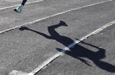 Тень спортсмена на беговой дорожке стадиона в Ставрополе. Российские спортсмены продолжают проваливать тесты и мешать работе допинг-офицеров, сообщило Всемирное антидопинговое агентство (ВАДА) в среду в осуждающем отчете, указывающем на неудачу усилий по внедрению в России антидопинговых реформ. REUTERS/Eduard Korniyenko