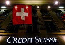 El logo del banco suizo Credit Suisse visto debajo de la bandera nacional en Bern, Suiza. 15 de mayo de 2014. Los dos prestamistas más grandes de Suiza, UBS y Credit Suisse, probablemente tendrán que reunir unos 10.000 millones de francos suizos adicionales (10.400 millones de dólares) en capital para cumplir unos nuevos requisitos de apalancamiento, dijo el Banco Nacional de Suiza (SNB, por su sigla en inglés). REUTERS/Ruben Sprich/File Photo