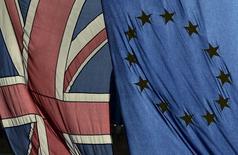El índice selectivo de la bolsa española cerró el jueves con baja, en línea con las demás plazas europeas, por la debilidad sostenida de la banca y los temores a una votación desfavorable en el referéndum británico sobre el Brexit. En la imagen de archivo, una bandera británica y una de la UE ondean en el centro de Londres, el 18 de febrero de 2016. REUTERS/Toby Melville