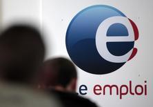 Le chômage devrait tomber à 9,5% de la population active à la fin de l'année en France métropolitaine, soit 0,4 point de moins qu'en 2015, prédit jeudi l'Insee, donnant enfin corps à l'inversion de sa courbe après laquelle le gouvernement court depuis 2013. /Photo d'archives/REUTERS/Eric Gaillard