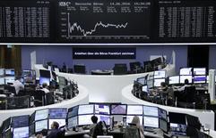Las acciones europeas recortaron pérdidas el jueves cerca del cierre pero terminaron en terreno negativo arrastradas por una caída del sector bancario, que tocó su nivel más bajo en casi cuatro meses en un mercado dominado por temores sobre el resultado del referéndum en Reino Unido la semana próxima. En la imagen, varios operadores financieros trabajan en la Bolsa de Fráncfort en Alemania, el 14 de junio de 2016. REUTERS/Staff/Remote