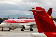 Aviones de la aerolínea colombiana Avianca transitan en el Aeropuerto Puente Aéreo en Bogotá, Colombia. 3 de junio, 2016. Avianca Holding no está en venta y las conversaciones que mantiene con otras aerolíneas buscan una posible alianza estratégica que le permita un crecimiento más rápido y sostenible, dijo el jueves el mayor accionista y presidente de la junta directiva, Germán Efromovich. REUTERS/John Vizcaino