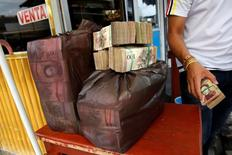 Venezolanos que compran comida en Colombia trasladan bolívares en bolsas plásticas. 3 de junio de 2016, Puerto de Santander en Colombia. El precio del dólar superó el jueves la barrera de los 600 bolívares en el mecanismo cambiario flotante de Venezuela, informó el Banco Central. REUTERS/Carlos Garcia Rawlins