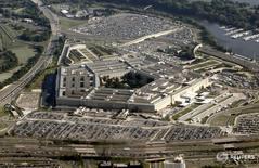 """Вид на здание Пентагона в Вашингтоне 31 августа 2010 года. Россия в четверг нанесла авиаудары по позициям повстанцев, борющихся против """"Исламского государства"""" на юге Сирии, в том числе по силам, поддерживаемым США, сообщил высокопоставленный представитель Пентагона, добавив, что Вашингтон обсудит этот вопрос с Москвой. REUTERS/Jason Reed"""