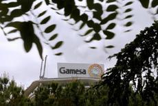 Gamesa et Siemens ont signé un accord définitif sur la création d'un nouveau numéro un mondial de la construction d'éoliennes en regroupant leurs forces dans l'éolien en mer et dans les pays émergents. La coentreprise, qui affichera un carnet de commandes d'environ 20 milliards d'euros, dépassera le danois Vestas en termes de parts de marché. /Photo prise le 17 juin 2016/REUTERS/Andrea Comas
