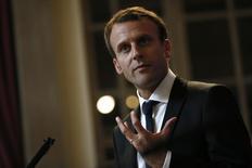 Selon le ministre de l'Economie, Emmanuel Macron, la Grande-Bretagne devra être sommée de clarifier au plus vite ses intentions en cas de victoire des partisans du Brexit au référendum de jeudi, notamment si elle souhaite conserver un accès au marché européen, ce qui l'obligerait à continuer de contribuer au budget de l'UE. /Photo prise le 24 septembre 2015/REUTERS/Stefan Wermuth