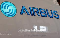 Airbus Group est une des valeurs à suivre à la Bourse de Paris lundi après l'annonce par le PDG de Safran Aircraft Engines, Olivier Andriès, que les premières modernisations des moteurs de l'A400M pourraient être effectuées cet été, voire au plus tard à la rentrée. /Photo prise le 15 avril 2016/REUTERS/Régis Duvignau