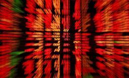 Les principales Bourses européennes affichent des gains de l'ordre de 3% lundi à mi-séance, et la livre sterling se raffermit aussi, dans des marchés rassurés par les sondages publiés pendant le week-end montrant que le camp pour le maintien du Royaume-Uni dans l'Union européenne regagne du terrain. À Paris, l'indice CAC 40 bondit de 3,34% vers 12h45. À Francfort, le Dax avance de 3,36% et à Londres, le FTSE prend 2,87%. /Photo d'archives/REUTERS/Chaiwat Subprasom