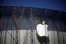Apple, à suivre lundi sur les marchés américains. Le fabricant de l'iPhone rebondit de 1% à 96,36 dollars en avant-Bourse après son recul de 2,2% vendredi dû à des démêlés avec les autorités de régulation en Chine.  /Photo prise le 12 avril 2016/REUTERS/Lucy Nicholson