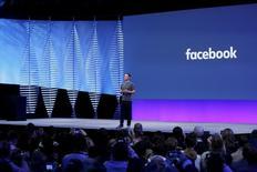 Les actionnaires de Facebook réunis en assemblée générale ont approuvé une proposition visant à créer une nouvelle catégorie d'actions dépourvues de droit de vote qui permettra au directeur général fondateur Mark Zuckerberg de conserver le contrôle du média social. /Photo prise le 12 avril 2016/REUTERS/Stephen Lam